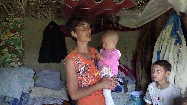 Le-a ars casa inainte de Paste, iar acum familia cu 6 copii locuieste intr-un bordei sapat in pamant. Cum ii puteti ajuta