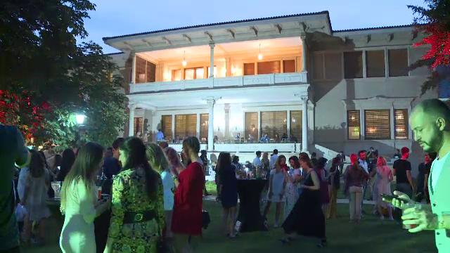 Petrecere deschisa publicului, in Palatul Primaverii, fosta resedinta a sotilor Ceausescu.