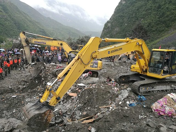 Sat din China, distrus complet de o alunecare de teren. Sunt cel putin 15 morti, alte 112 persoane sunt date disparute