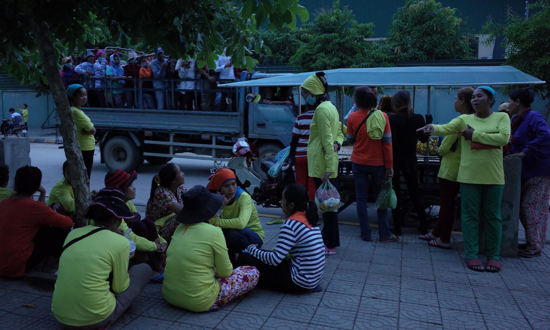 Spitalizari in masa in 4 fabrici din Cambodgia care lucreaza cu Nike, Puma, Asics si VF Corporation. Ce au patit angajatii