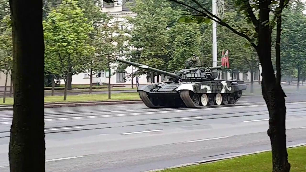Momentul in care un tanc T-72 scapa de sub control si doboara un stalp in Minsk. Manevra neinspirata a soldatilor. VIDEO