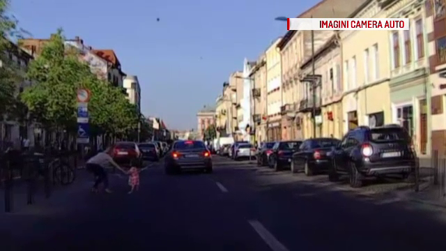 Imagini socante surprinse pe o strada din Cluj. O fetita este la un pas sa fie lovita de o masina; reactia mamei