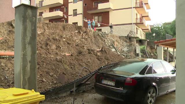 Bloc din Sibiu amenintat de o alunecare de teren provocata de ploaie. Zonele din Romania lovite luni seara de furtuni