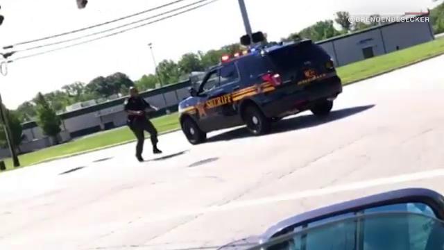 Un politist rutier aflat in misiune uita sa traga frana de mana in timpul unui control. Ce a urmat