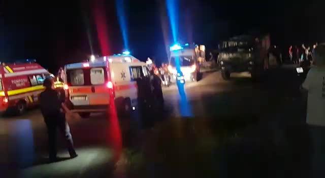 Un camion cu militari s-a rasturnat intr-o rapa adanca de 40 de metri, in Arges. 3 oameni au murit si 9 au fost raniti