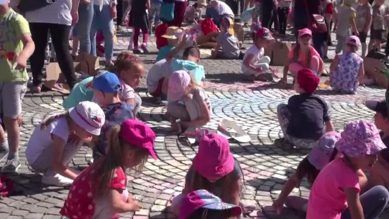 Cel mai mare desen stradal din țară, colorat de peste 1000 de prichindei de Ziua Copilului