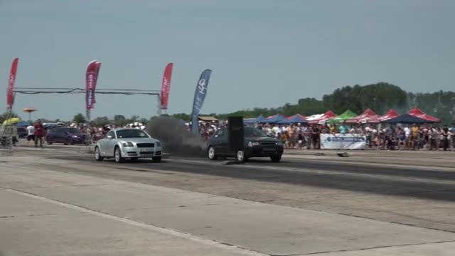 Concurs de maşini tunate, pe un aerodrom din România.