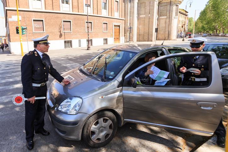 O româncă i-a smuls Rolex-ul de la mână unui italian. Unde a ascuns ceasul apoi de poliţişti