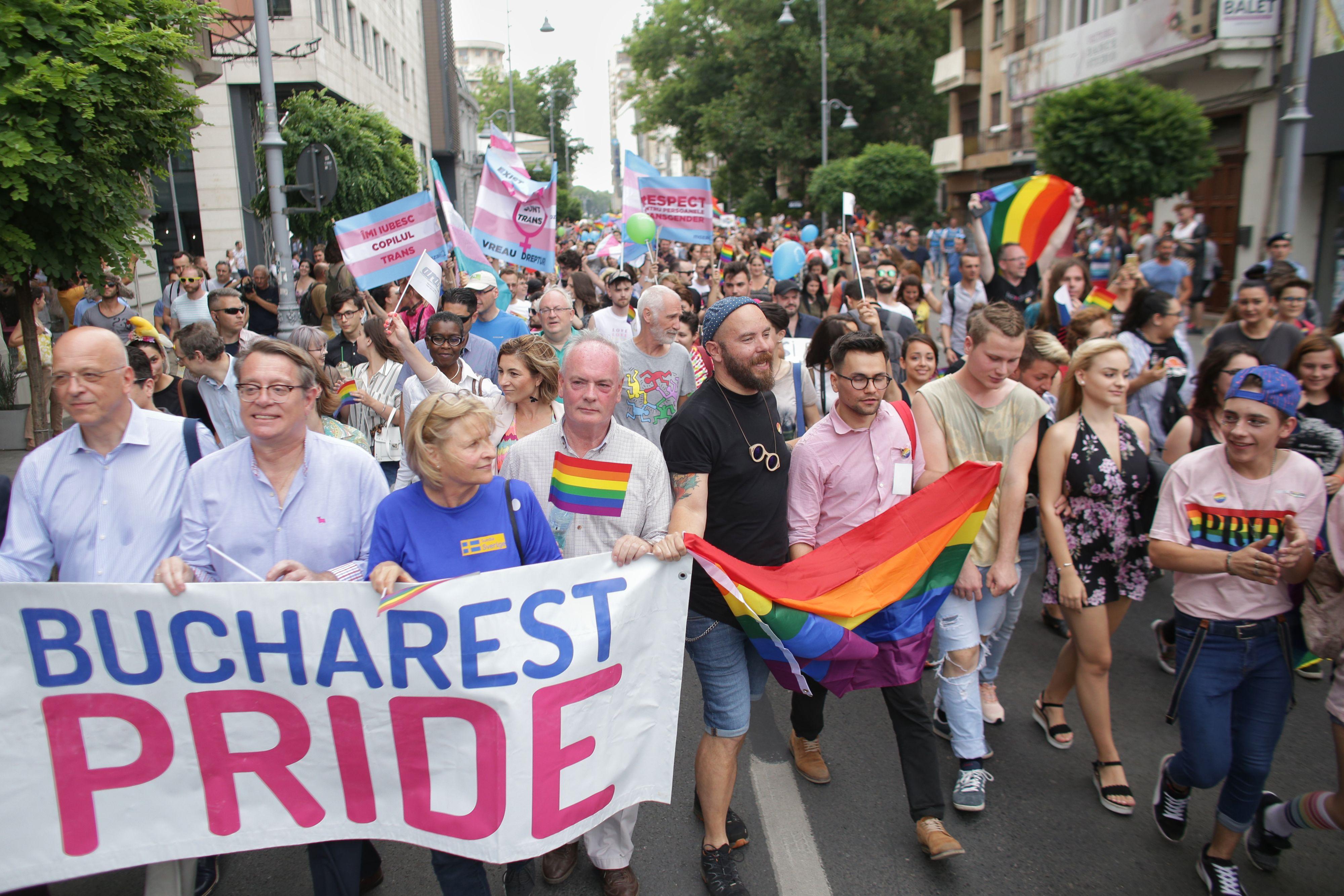 Câteva mii de oameni, prezenți la Marșul Diversității. Steag LGBT imens, pe Calea Victoriei