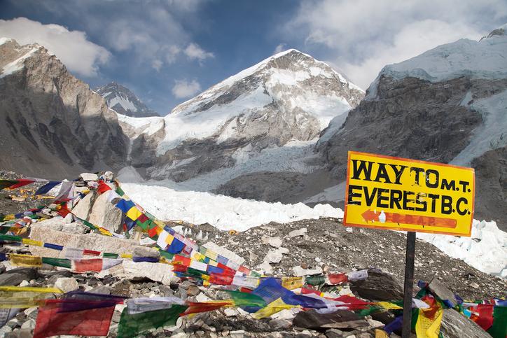 China a interzis accesul turiștilor pe Everest. De ce închide tabăra de bază