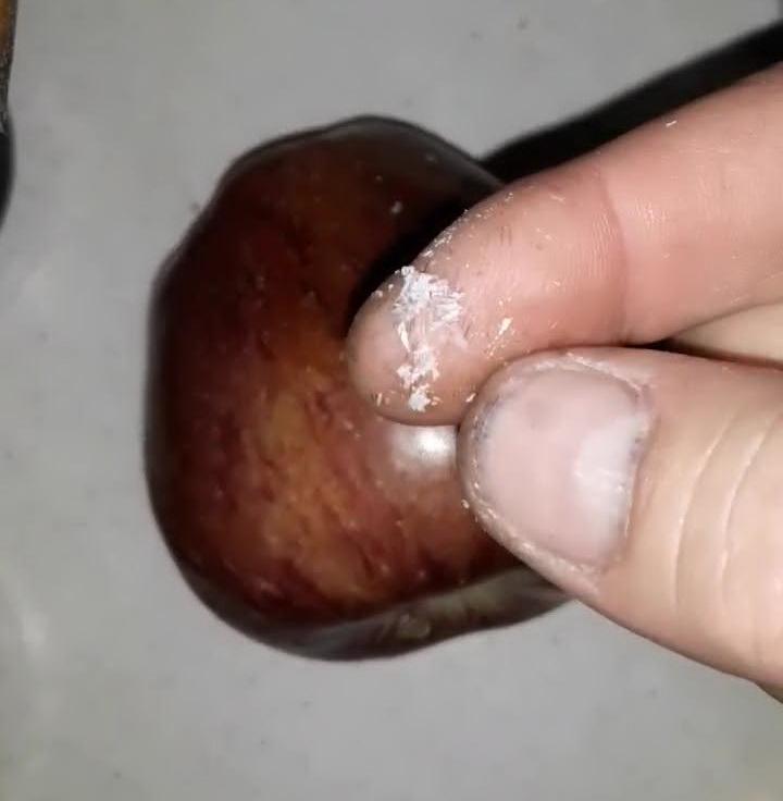 Clientul unui hypermarket a descoperit că merele cumpărate sunt acoperite cu ceară. VIDEO