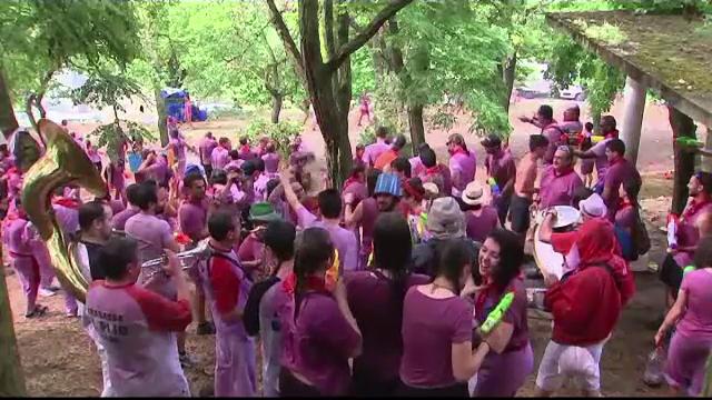 Sute de oameni s-au stropit cu vin, în Spania, conform unei tradiții locale
