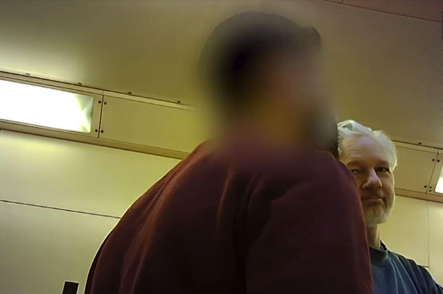 Primele imagini cu Julian Assange în închisoarea din Londra. Cum a fost filmat