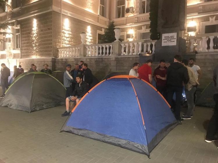 Corturi instalate în fața instituțiilor guvernamentale la Chișinău. Partidul Democrat pregătește proteste