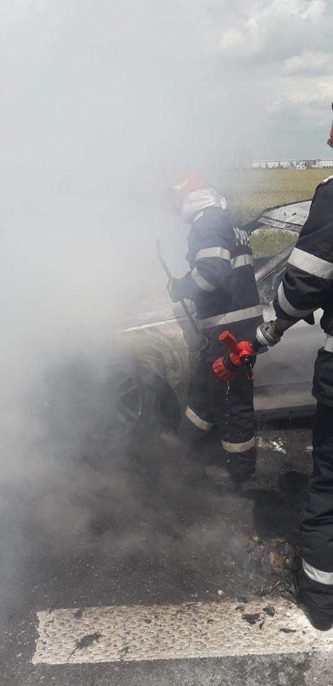 Un BMW a luat foc pe A1. Circulaţia, blocată pe ambele sensuri din cauza fumului. GALERIE FOTO
