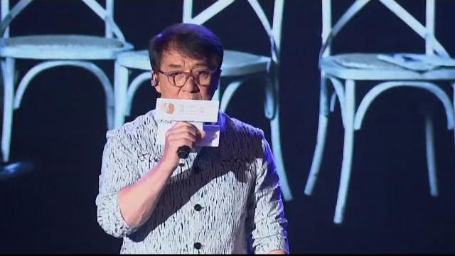 Jackie Chan nu este doar un maestru al artelor marţiale, ci şi un talentat cântăreţ
