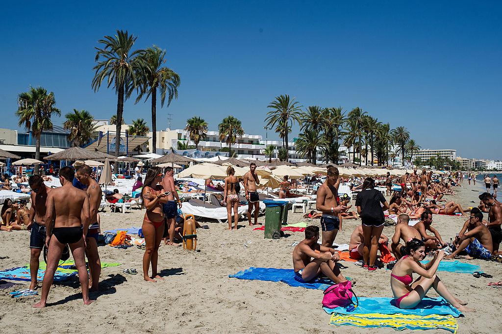 Scene interzise minorilor surprinse la balconul unui hotel din Ibiza