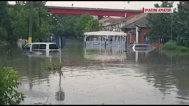 Noi fenomene meteo extreme. Apa a ajuns la plafonul mașinilor în Cernavodă