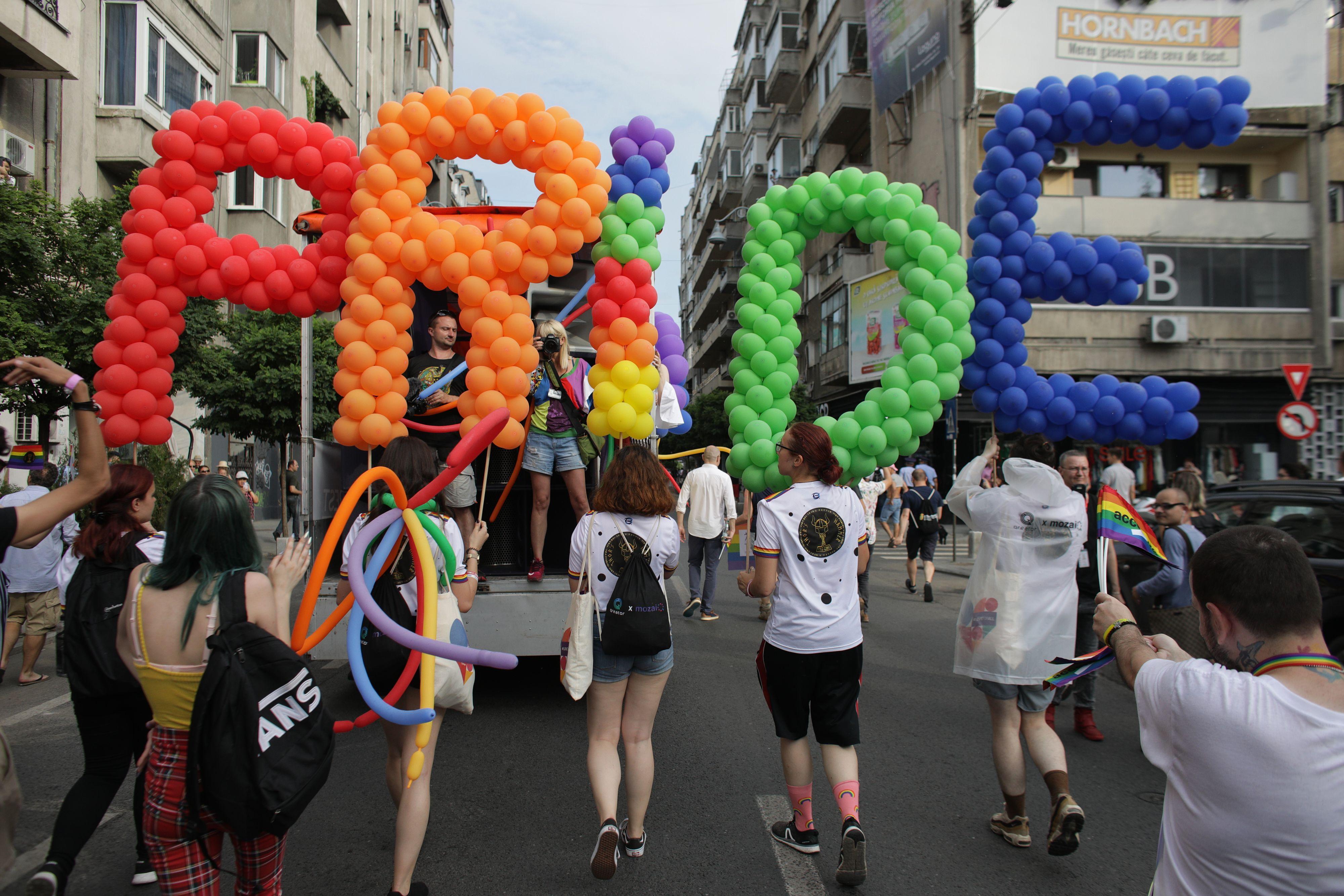 Mii de persoane au participat la marșul Bucharest Pride pe Calea Victoriei