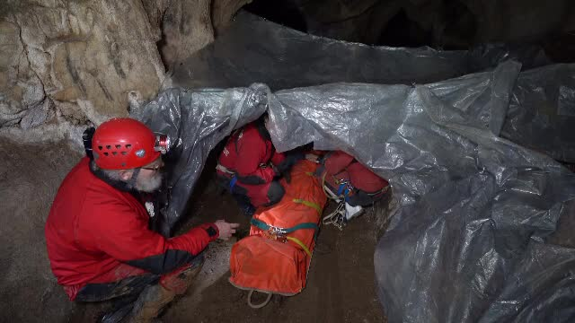Salvare dificilă în Peștera Meziad. Zeci de speologi au participat la un exercițiu