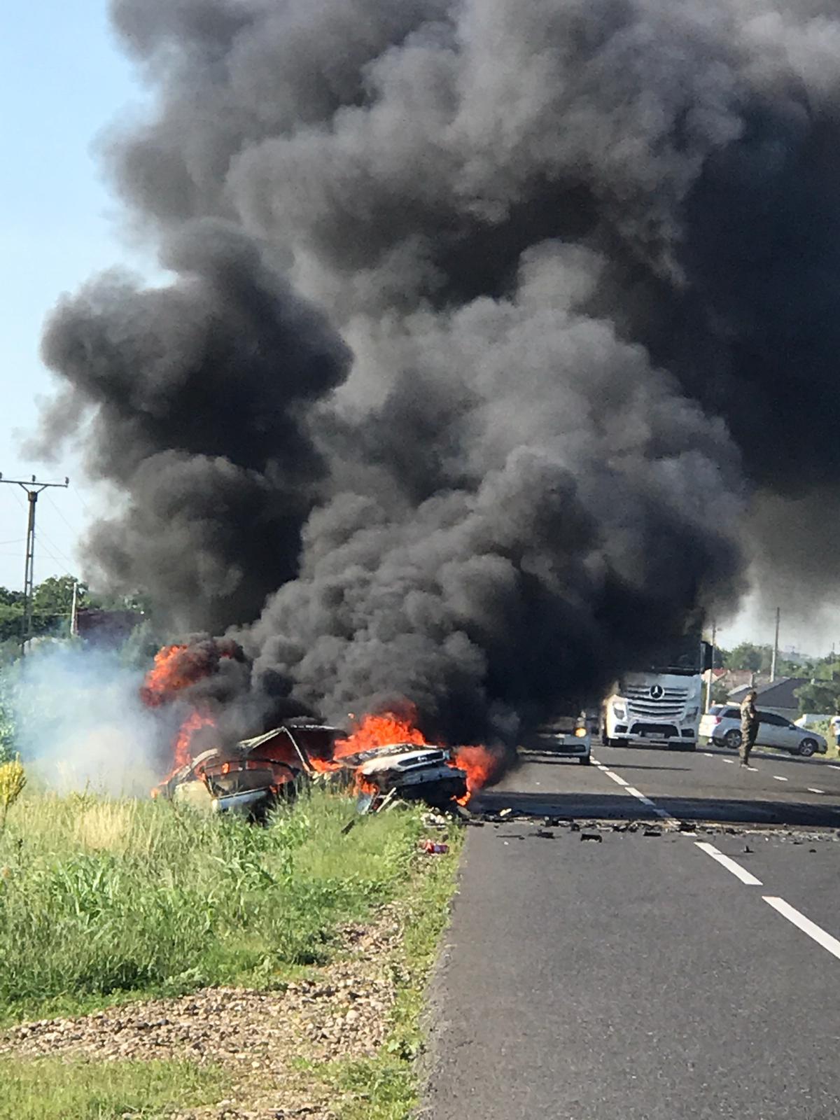 Accident dramatic pe E85. Una dintre maşini a luat foc, după o ciocnire frontală