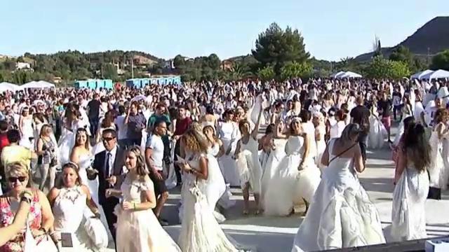 Motivul pentru care 1.300 de femei s-au îmbrăcat în același timp în rochii de mireasă