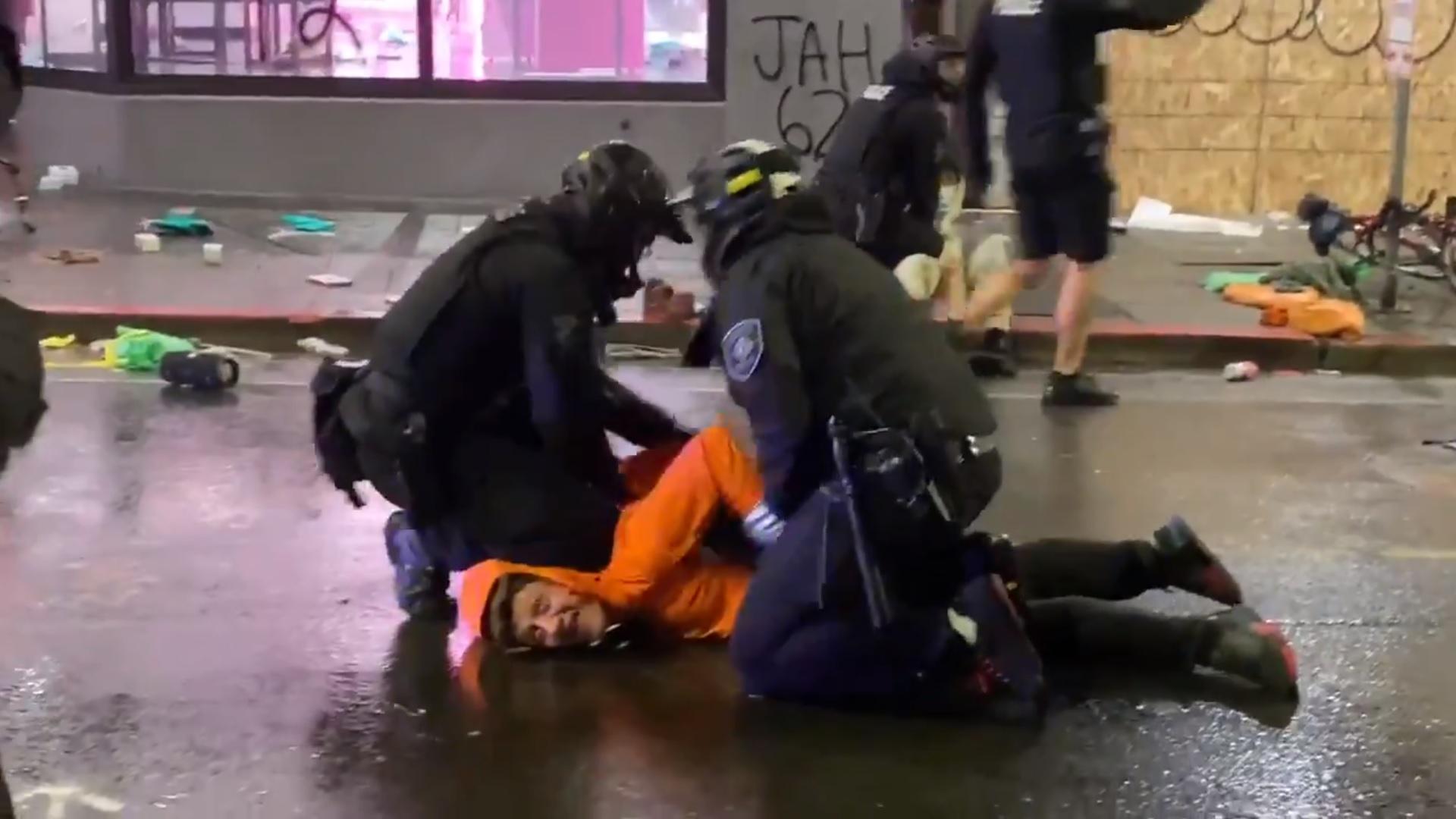 VIDEO. Polițist din Seattle surprins în timp ce stătea cu genunchiul pe gâtul protestatarilor