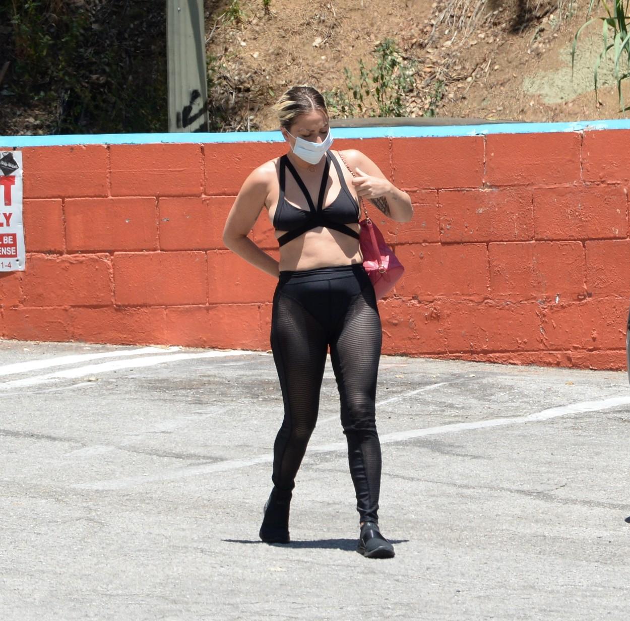 Lady Gaga, surprinsă într-o ținută îndrăzneață la Hollywood, alături de iubitul ei. GALERIE FOTO