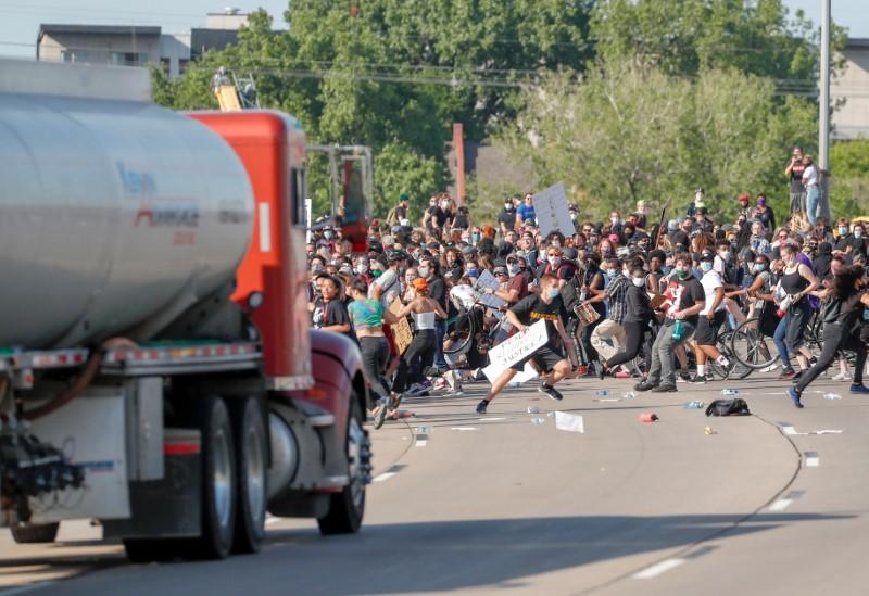 VIDEO. Momentul în care o cisternă intră în manifestanţi pe o autostradă la Minneapolis