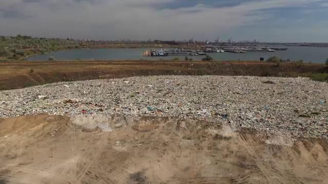Dezastru ecologic la Constanța. Groapă ilegală de gunoi, găsită chiar pe malul mării