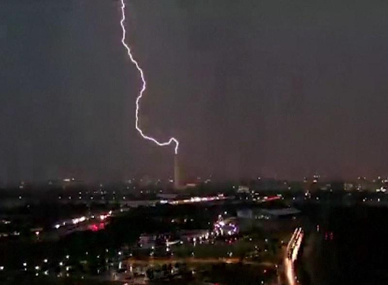 Momentul în care un fulger lovește vârful monumentului dedicat lui George Washington din capitala SUA