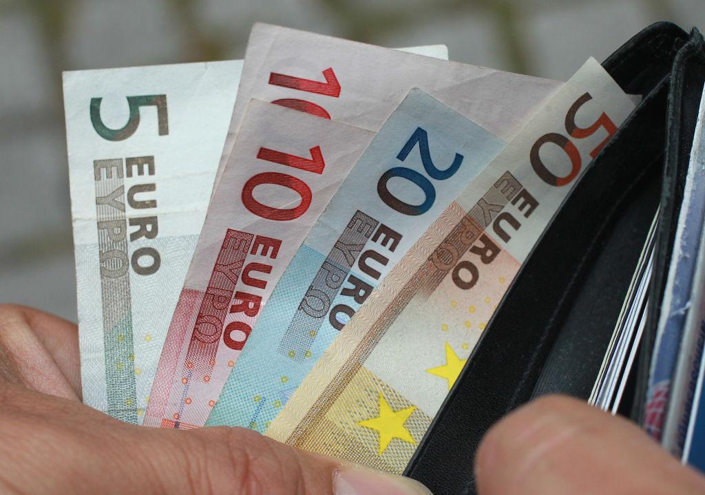 O femeie a găsit 10.000 de euro pe jos, la intrarea într-un centru comercial din Constanța