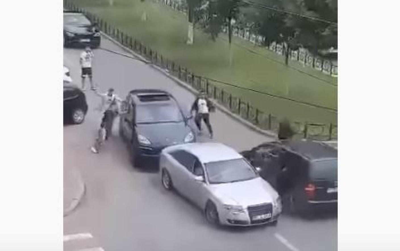 Un incident în trafic din Ialomița s-a transformat în lupte de stradă cu bâte. Cum s-a terminat