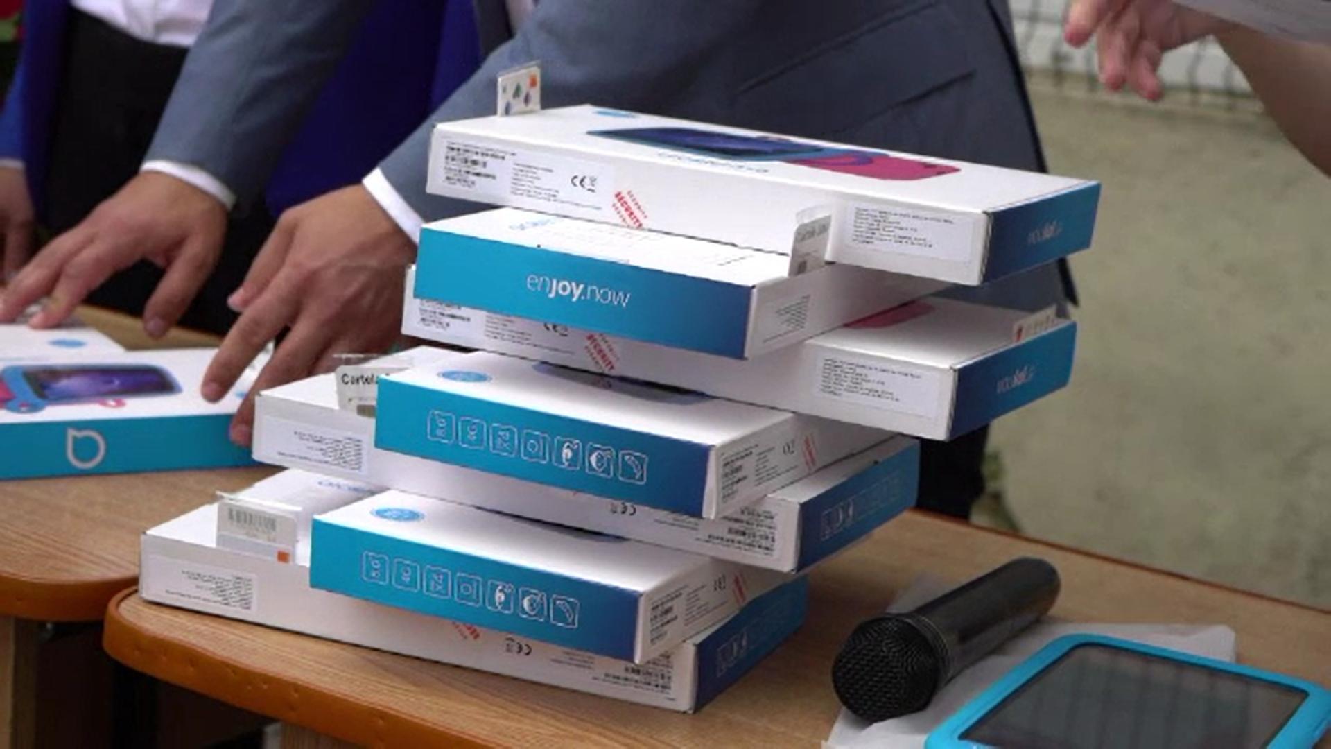 Dâmbovița: În loc să organizeze ziua comunei primarul a cumpărat sute de tablete pentru elevi