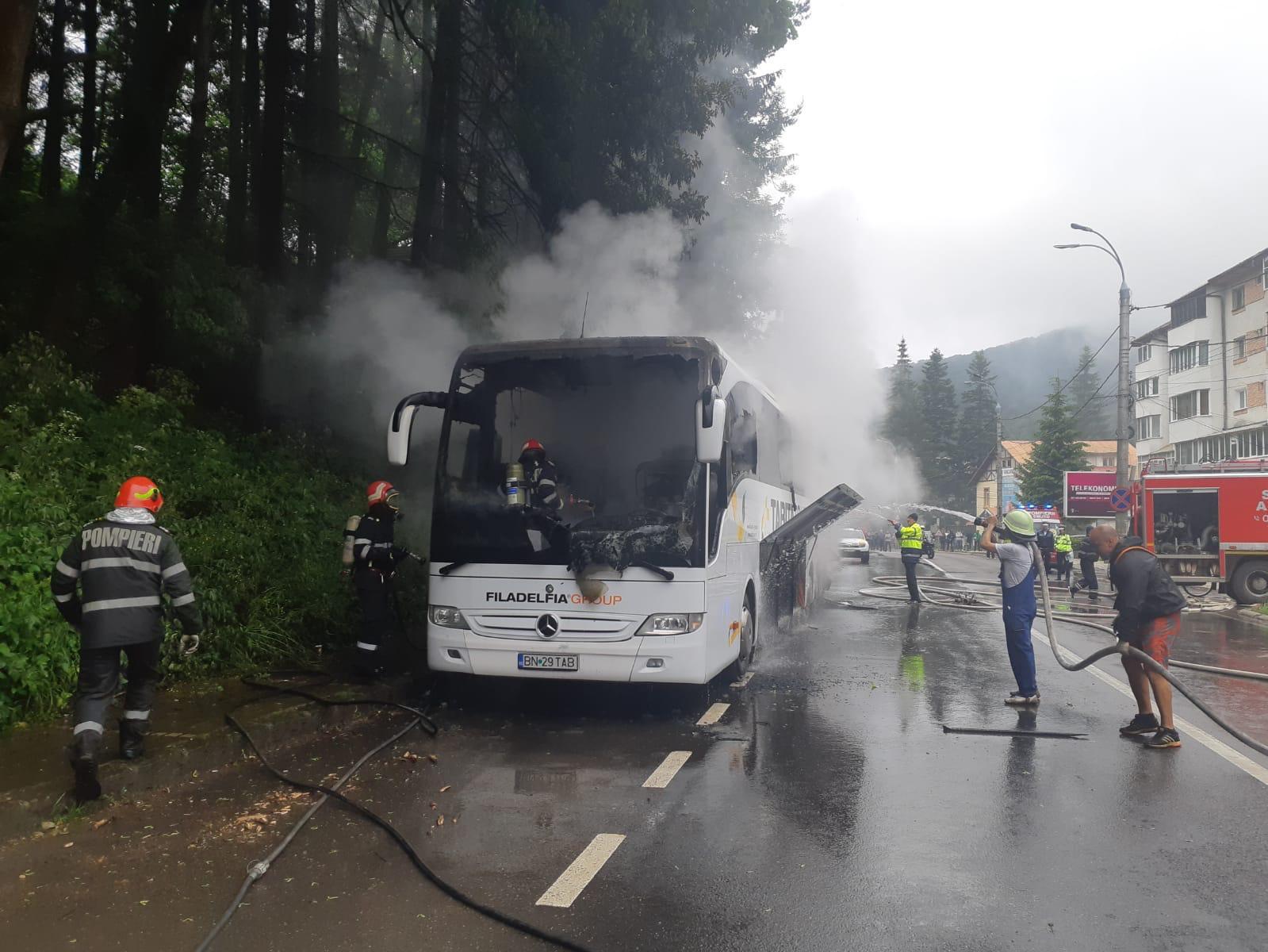 Autocar în flăcări pe DN1, în Azuga. Ce s-a întâmplat cu cei 46 de pasageri