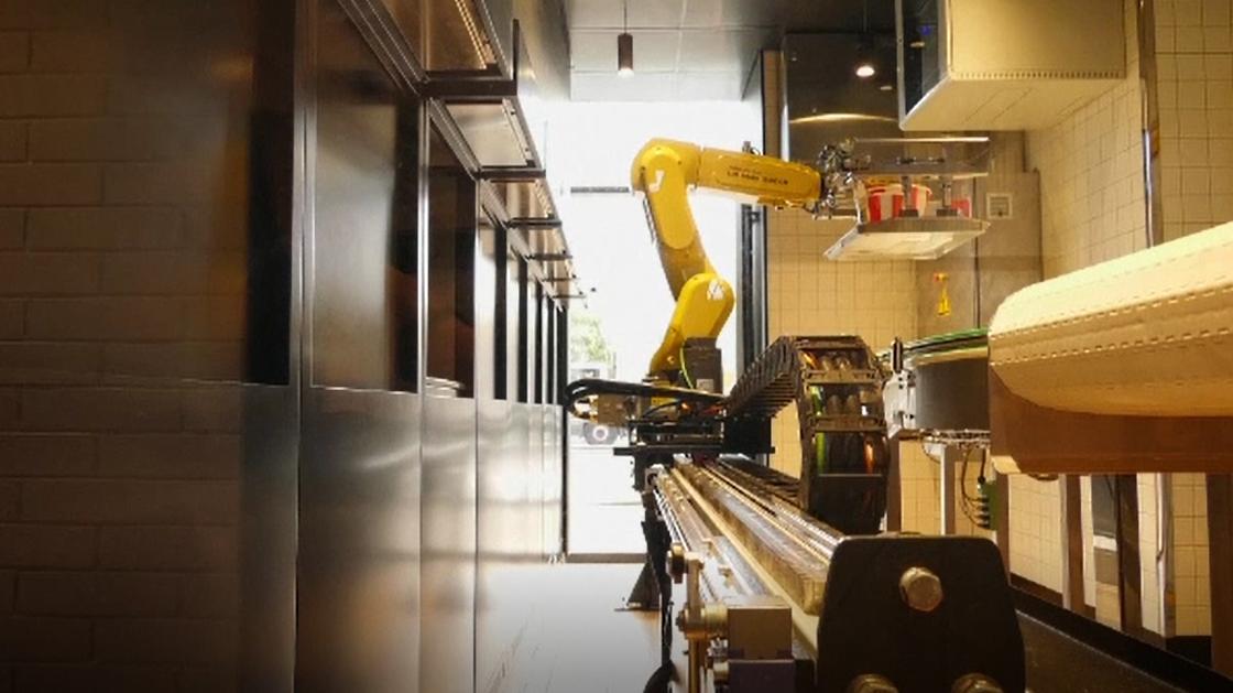 Primul fast-food în care servirea se face cu ajutorul roboților. Clienții nu mai intră în contact cu nimeni