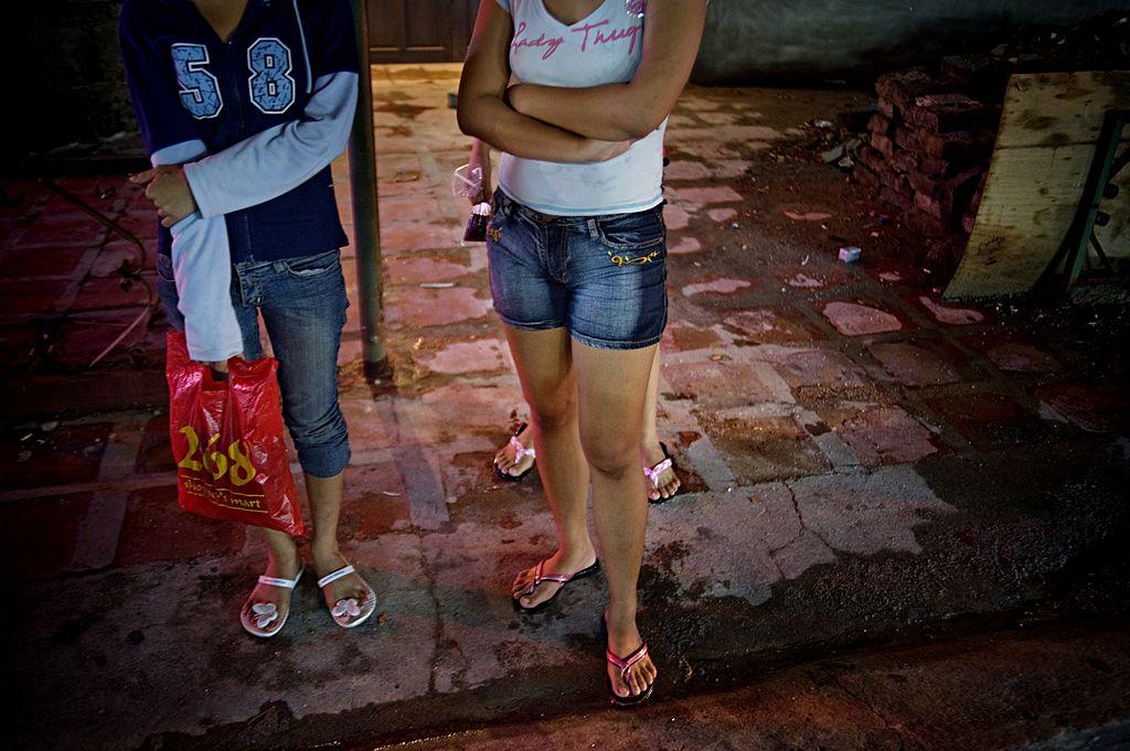 Abuzuri îngrozitoare: copilă de 14 ani, obligată să se prostitueze 19 ore pe zi. Proxeneții au fost lăsați în libertate