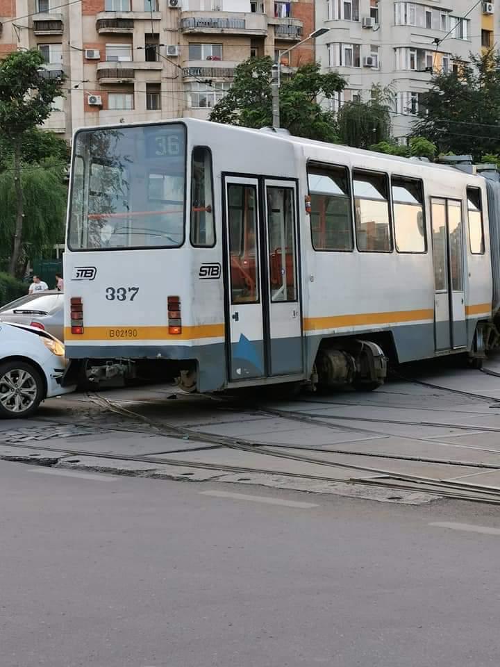 Un tramvai a deraiat pe Bulevardul Chișinău din Capitală, două autoturisme au fost avariate
