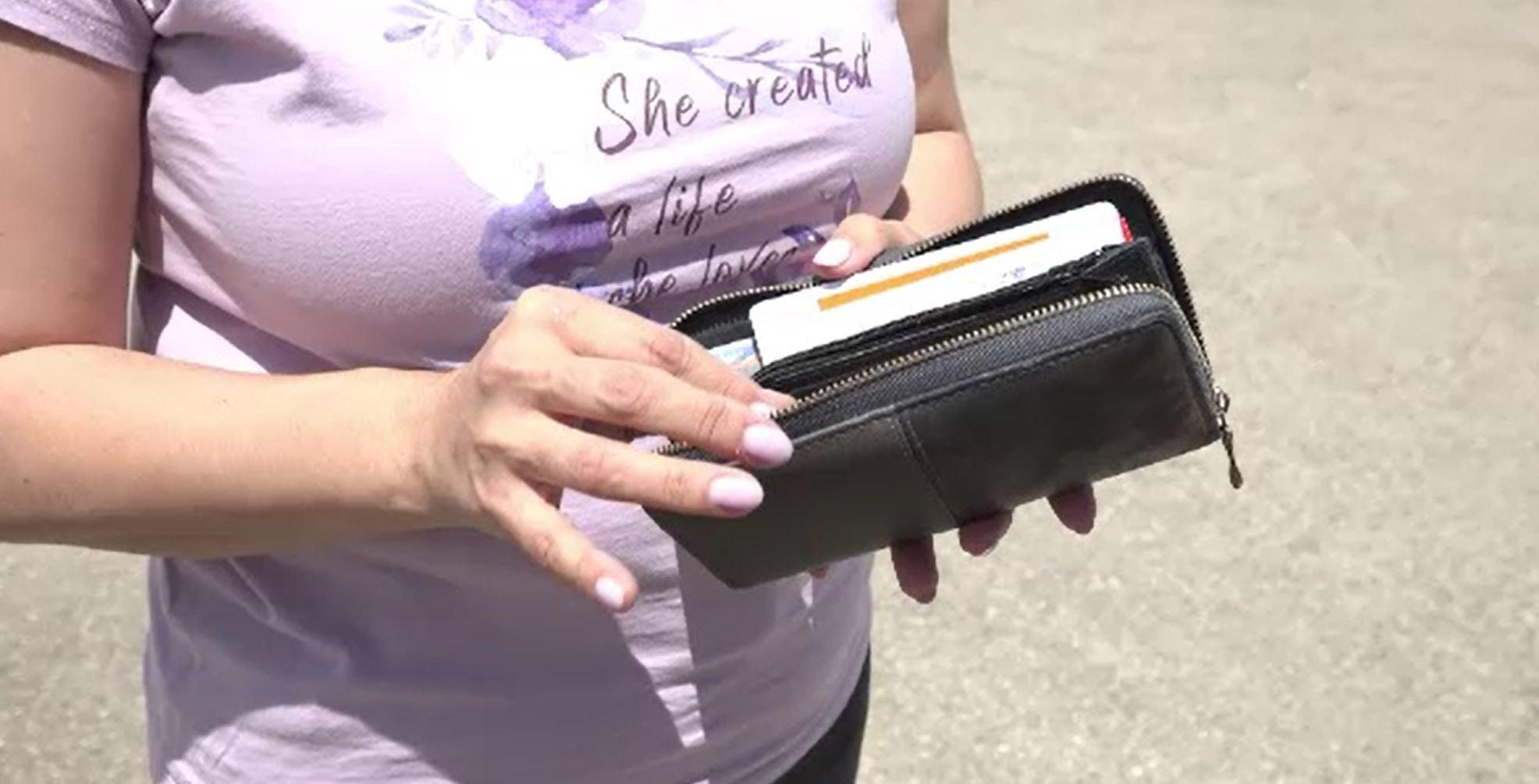 """Ce a făcut o femeie din Alba Iulia după ce a găsit un portofel pe stradă. """"M-am uitat cu teamă"""""""