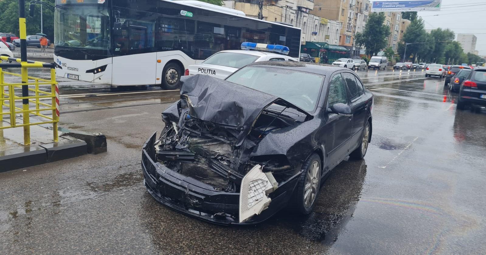 Un șofer a făcut prăpăd pe străzile din Iași. S-a urcat drogat la volan și a lovit 15 mașini