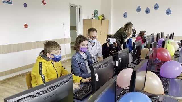 De Ziua Copilului, elevii unei școli din județul Cluj au primit cadou un laborator