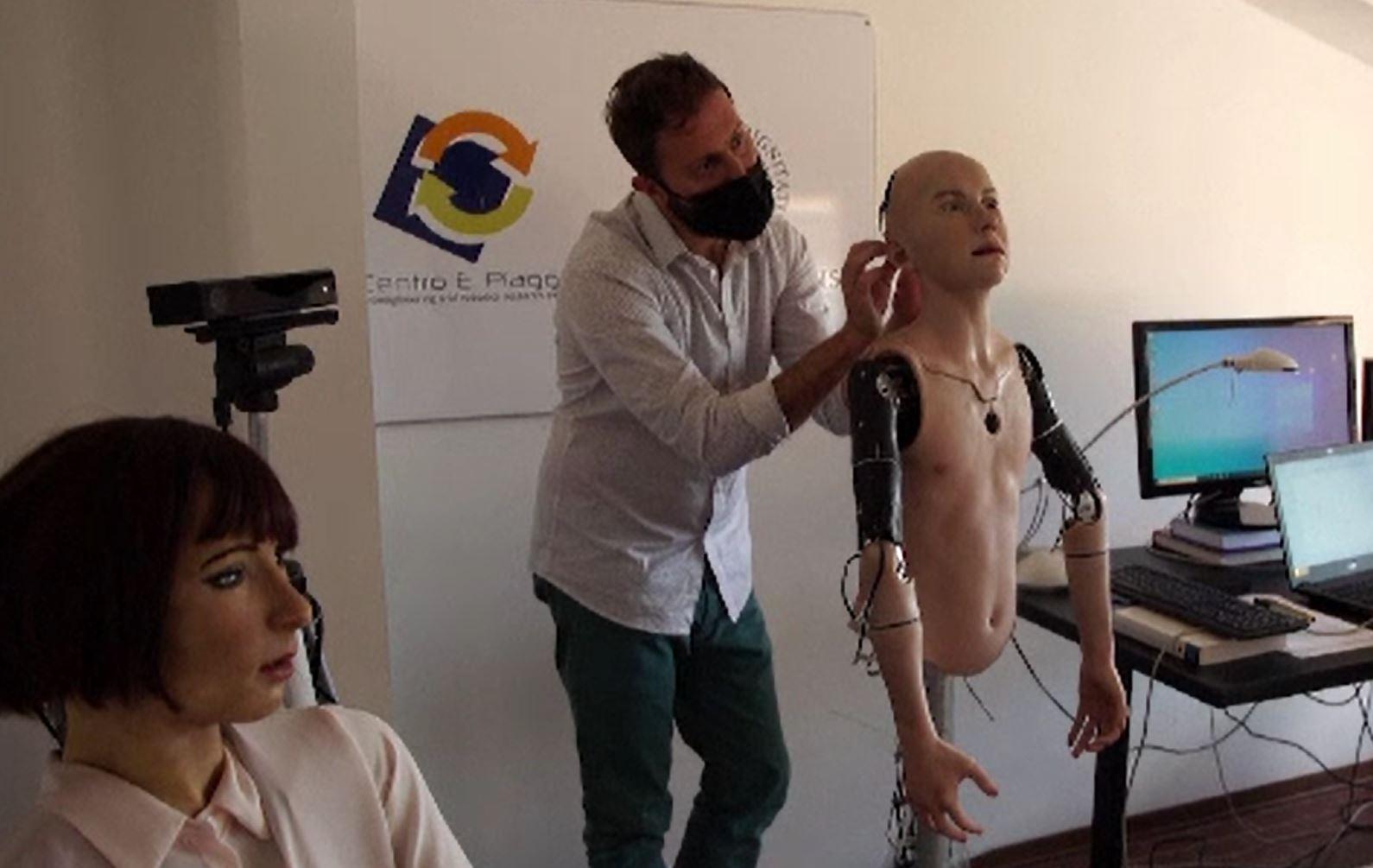 Abel, robotul umanoid care recunoaște și răspunde la emoțiile oamenilor cu care vorbește