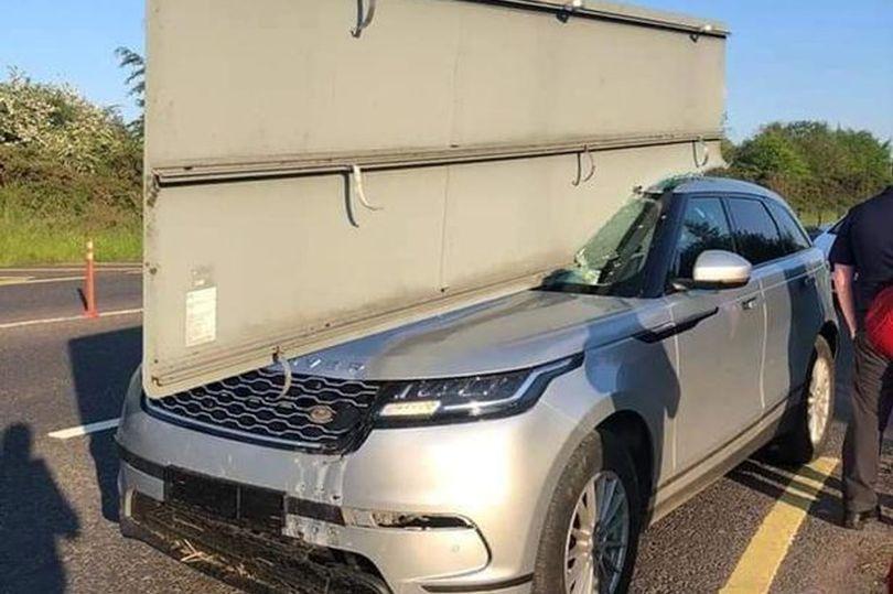 Un indicator rutier a pătruns ca o lamă prin plafonul Range Rover-ului. Cum a scăpat cu viață șoferul