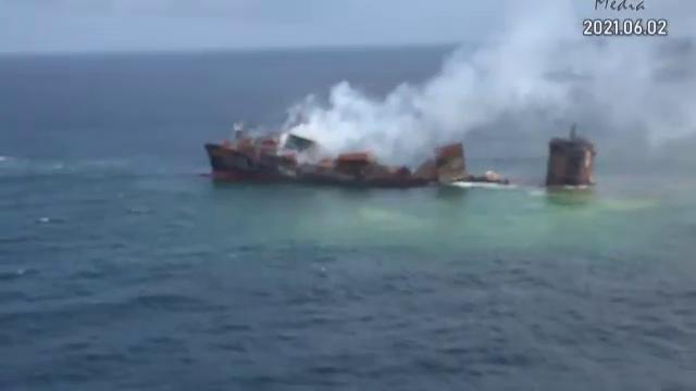 Vasul care a ars două săptămâni lângă Sri Lanka a început să se scufunde. Poate provoca un dezastru ecologic