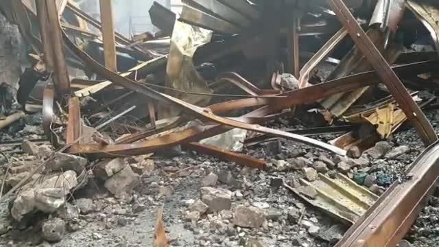 Incendiul de la Brazi. A fost filmat momentul în care bărbatul bănuit se îndreaptă spre hală