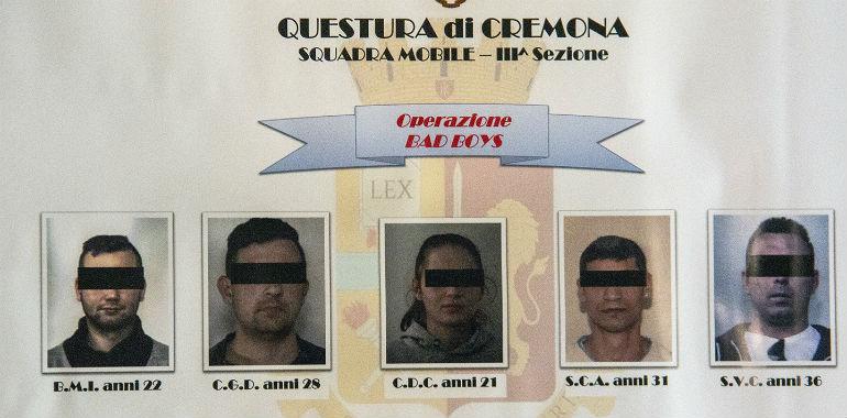 O familie din Italia a fost sechestrată şi terorizată de patru români: