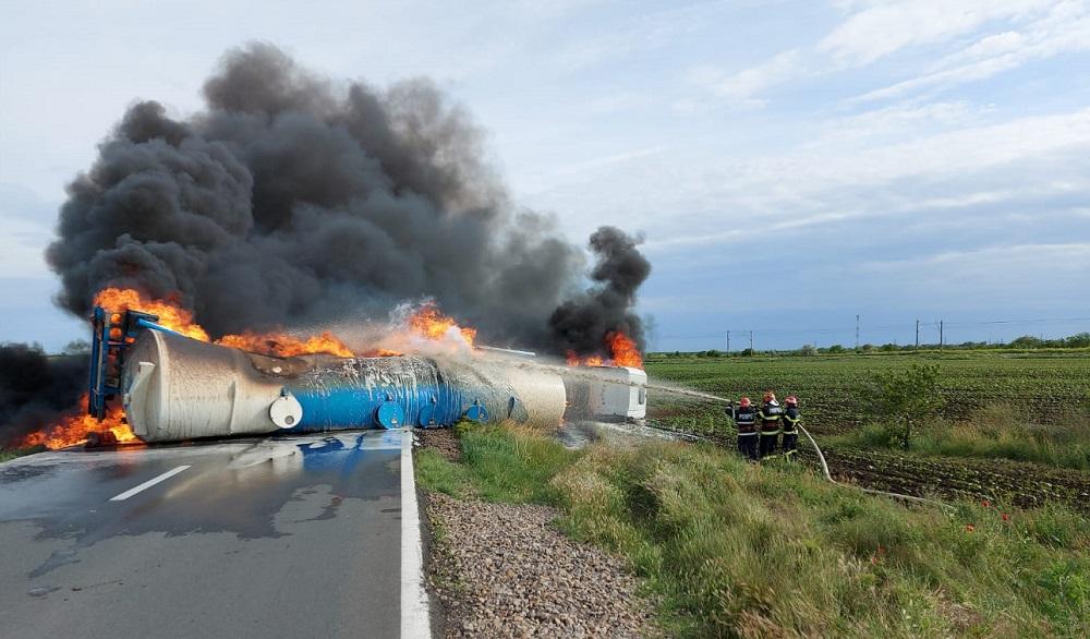 O cisternă cu motorină s-a răsturnat și a luat foc, în Brăila. Șoferul spune că a evitat un mistreț