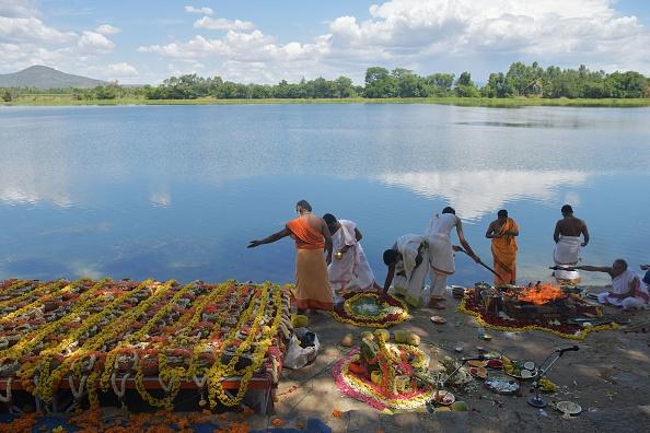 Urne cu cenuşa a peste 1.200 de victime ale Covid-19, scufundate în râul Kaveri din India