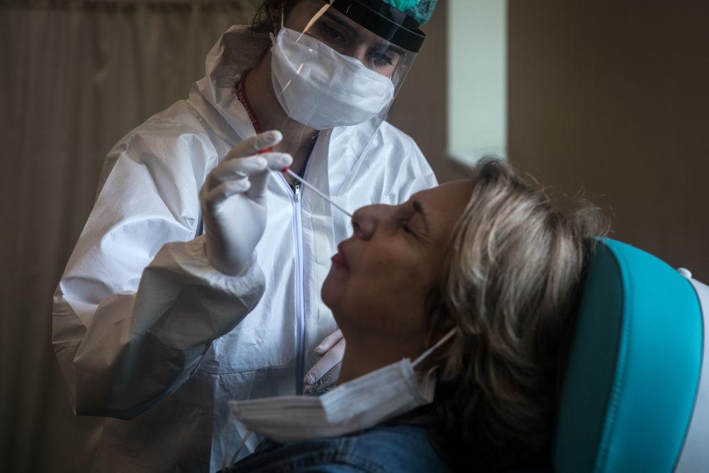Europa și Statele Unite au înregistrat o creștere alarmantă a numărului de îmbolnăviri cu coronavirus în rândul tinerilor