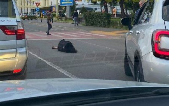 O femeie a căzut în mijlocul străzii, în Satu Mare, și nimeni nu a ajutat-o. Șoferii au ocolit-o cu mașina